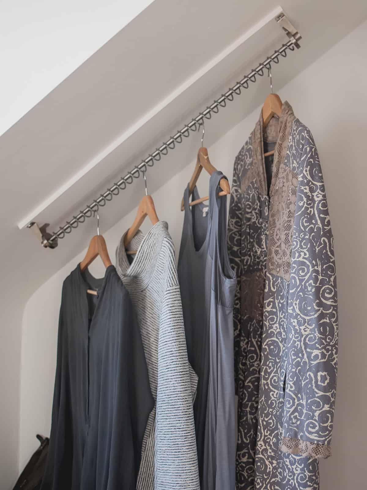 Zebedee Any Angle Hanging Rail - Originale mostrato montato in camera da letto Dormer